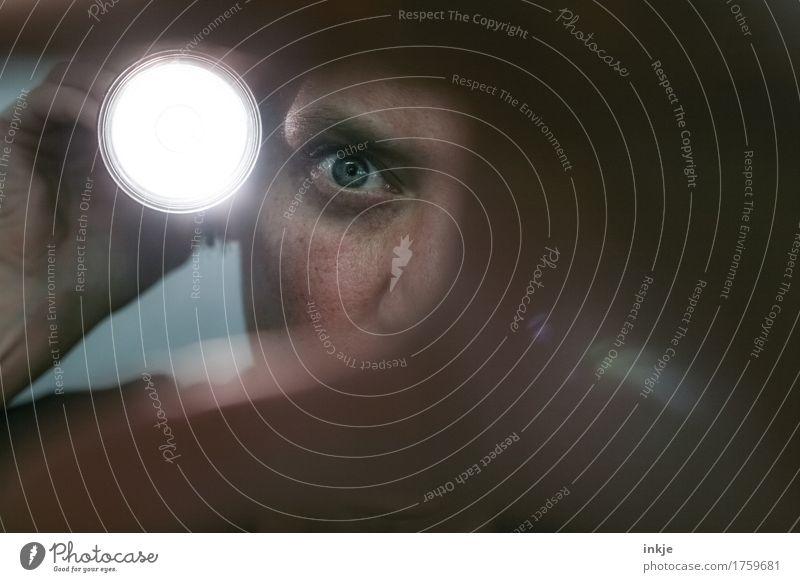 überwacht || Frau Erwachsene Leben Gesicht Auge 1 Mensch Taschenlampe Lichtschein Blendenfleck Durchbruch Öffnung beobachten entdecken bedrohlich dunkel