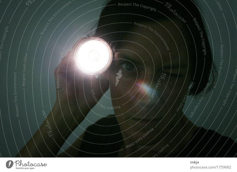 überwacht ||| Frau Erwachsene Leben Gesicht 1 Mensch Taschenlampe Lichtschein Blendenfleck beobachten entdecken leuchten Blick bedrohlich dunkel Gefühle Angst