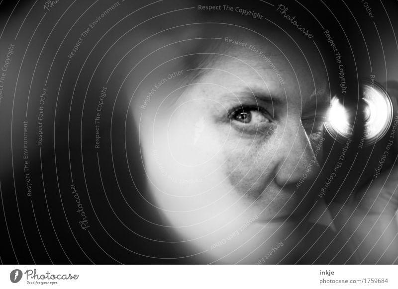 Nahaufnahmen Frau spioniert Erwachsene Leben Gesicht Auge 1 Mensch Taschenlampe Lichtschein beobachten entdecken Blick dunkel Angst Misstrauen Kontrolle