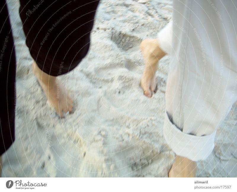 Strandspaziergang I Mann Frau gehen Spaziergang Ferien & Urlaub & Reisen Zusammensein Mensch laufen Sand Paar Fuß Beine paarweise