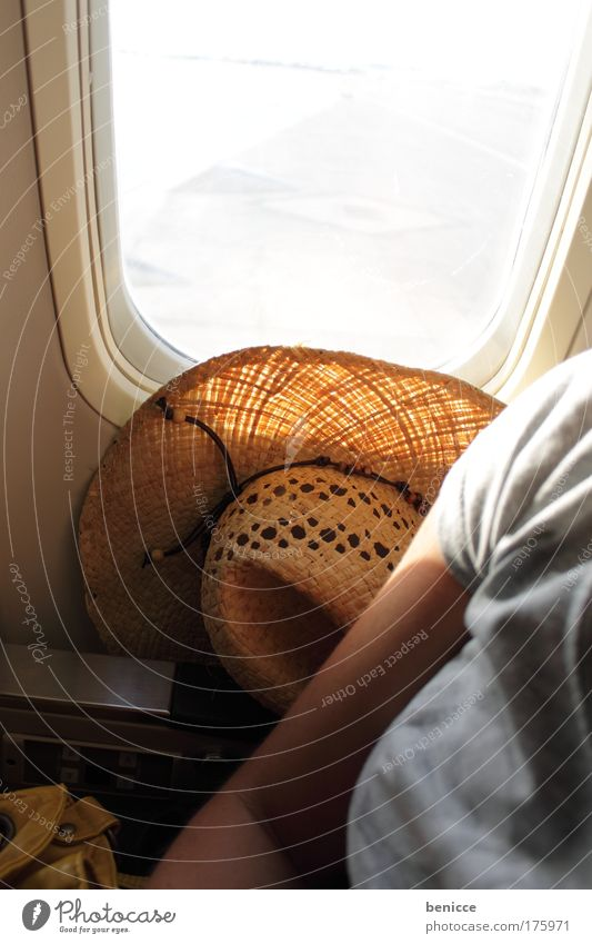 Von mir aus kann es los gehen ! Ferien & Urlaub & Reisen Flugzeug Frau Sitzgelegenheit Luftverkehr Hut Fenster Luke Reisefotografie Sommer eng billigflieger
