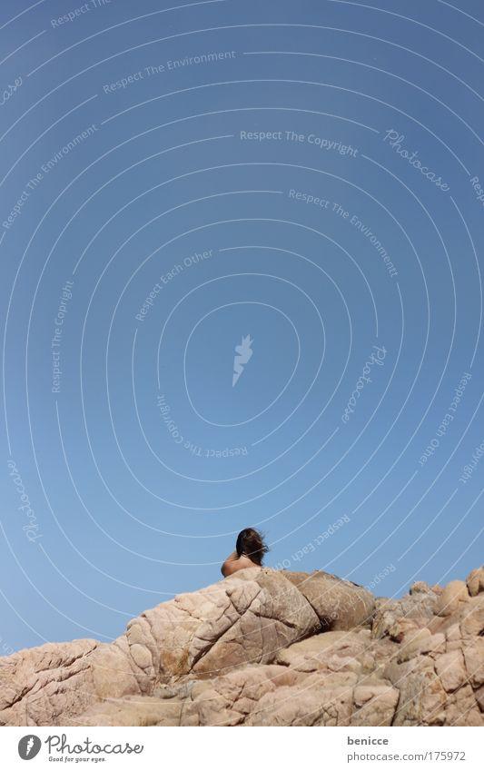 Summer Frau Mensch Himmel blau Sommer Strand Ferien & Urlaub & Reisen Berge u. Gebirge Stein Küste klein groß Felsen stehen Reisefotografie Gipfel
