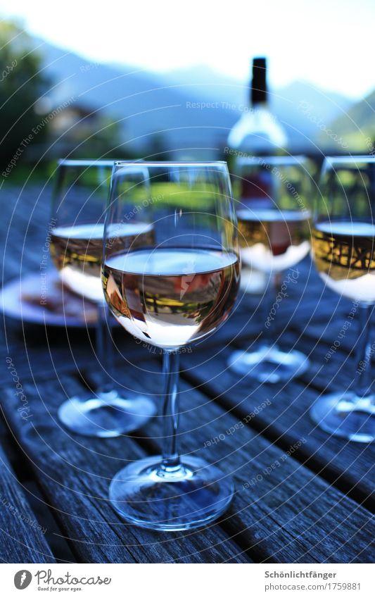 Weinrunde auf der Berghütte Getränk Alkohol Roséwein Flasche Glas Weinflasche Weinglas Wohlgefühl Erholung Freizeit & Hobby Sommer Sommerurlaub Berge u. Gebirge