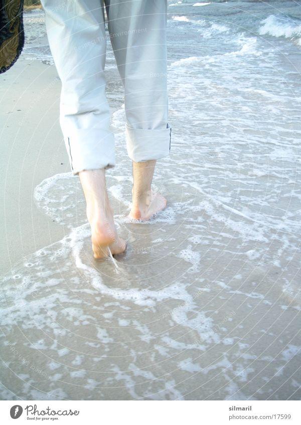 Strandserie III Mann Meer Strand Fuß Sand Schuhe Beine Wellen wandern gehen laufen Wassertropfen nass Spaziergang Hose Fußspur