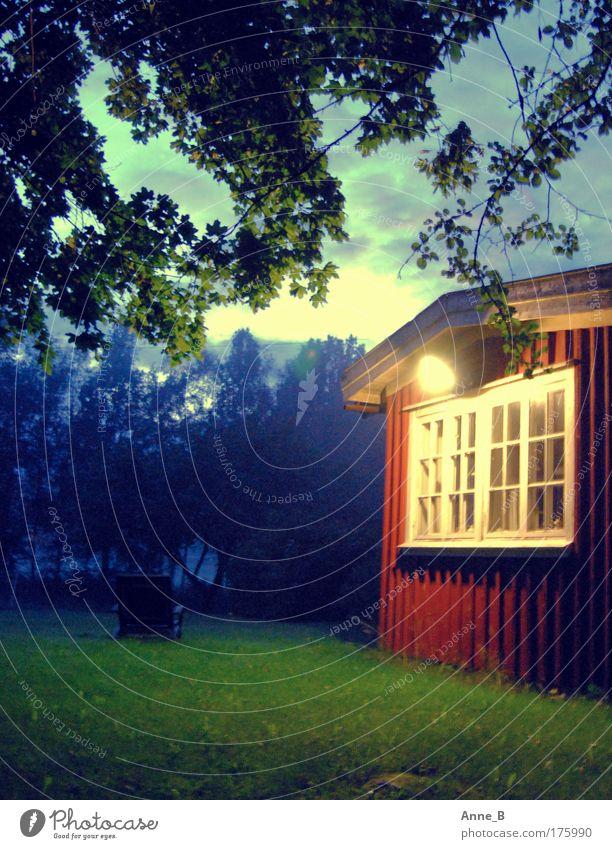 Schaurig schön... Natur Landschaft Himmel Wolken Sommer Nebel Baum Gras Blatt Garten Wald Schweden Skandinavien Menschenleer Haus Traumhaus Fenster Holz rot