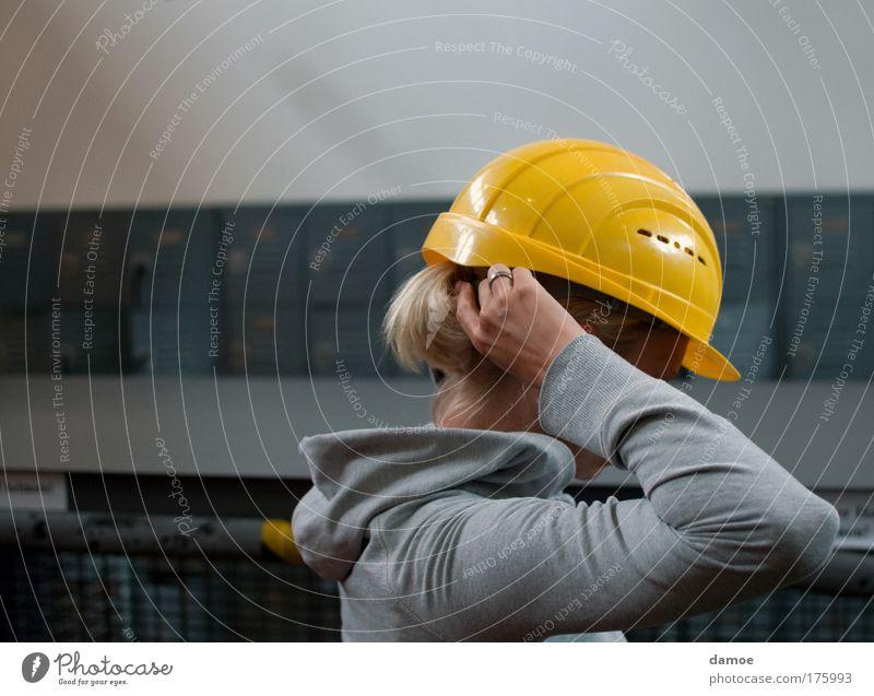 bergwerk - ich komme Arbeitsbekleidung Schutzbekleidung Arbeit & Erwerbstätigkeit bauen blond Helm Schutzhelm gelb grau Pferdeschwanz aufsetzen Kapuzenjacke