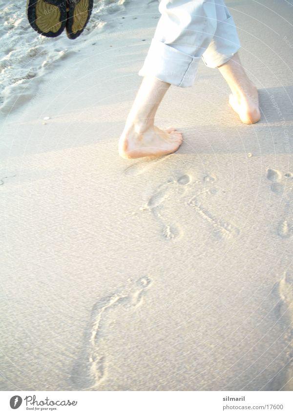 Strandserie IV Mann Meer Wellen Reflexion & Spiegelung gehen Spaziergang wandern Hose nass Fußspur Gischt Kieselsteine Sand laufen Beine Barfuß