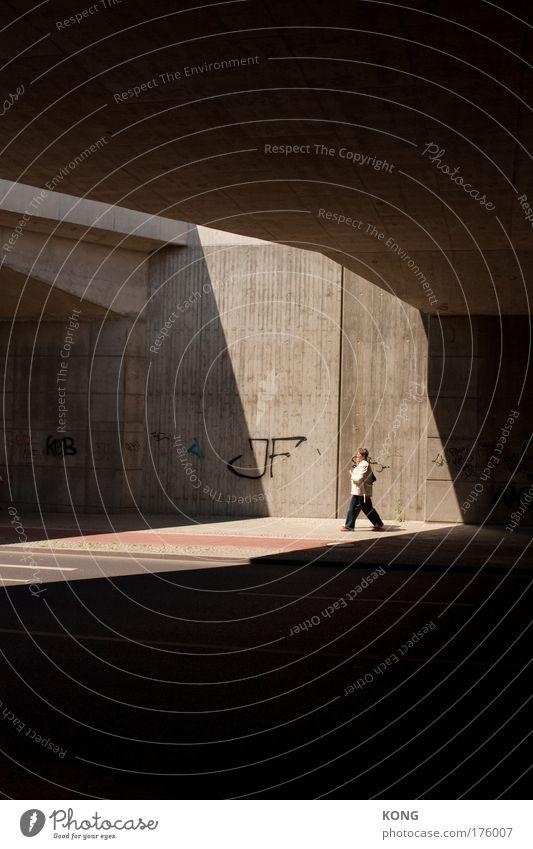 daywalker Gedeckte Farben Außenaufnahme Textfreiraum oben Textfreiraum unten Schatten Sonnenlicht Arbeitslosigkeit Feierabend 1 Mensch Stadt Brücke Tunnel