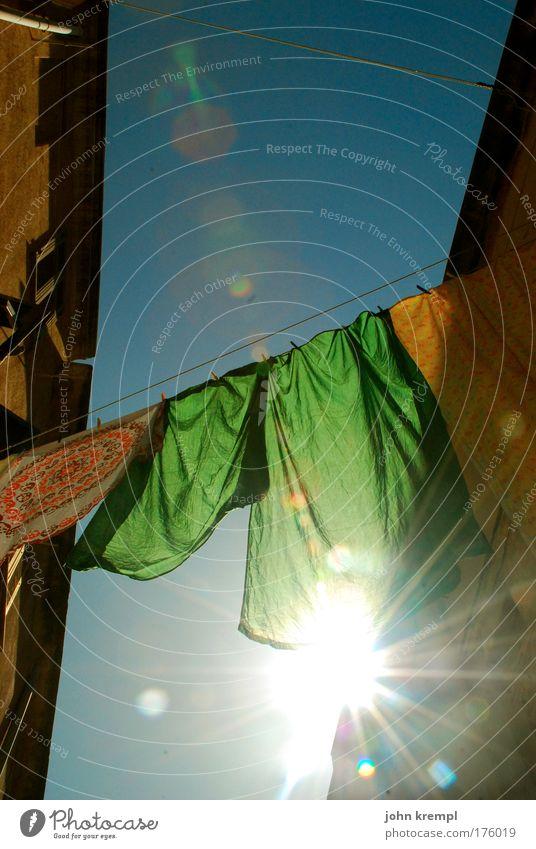 flatterhaft blau grün Ferien & Urlaub & Reisen Sonne Haus gelb Glück hell Beleuchtung Sauberkeit Italien heiß Bettwäsche Wäsche waschen hängen
