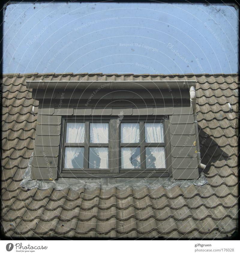 ausblicke Farbfoto Außenaufnahme Menschenleer Textfreiraum oben Dorf Kleinstadt Haus Einfamilienhaus Bauwerk Gebäude Architektur Fenster Dach Idylle Vorhang