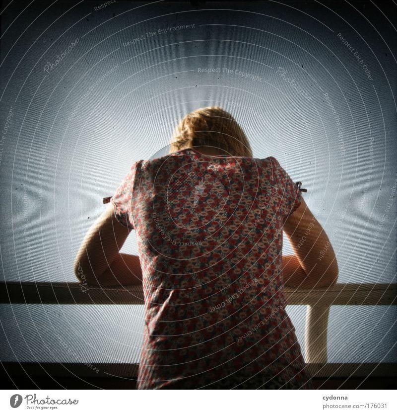 Aussicht Frau Mensch Himmel Jugendliche schön ruhig Erwachsene Einsamkeit Ferne Erholung Leben Freiheit Gefühle Traurigkeit träumen Zufriedenheit