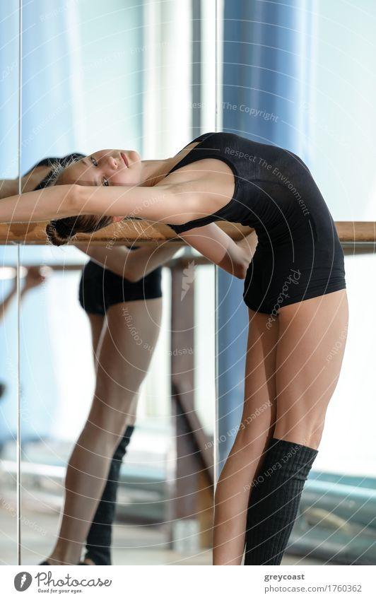 Junge anmutige Balletttänzerin beim Dehnen an der Stange im Studio Spiegel Tanzen Schule Studium Mensch Mädchen Jugendliche 1 13-18 Jahre Tänzer Eisenbahn