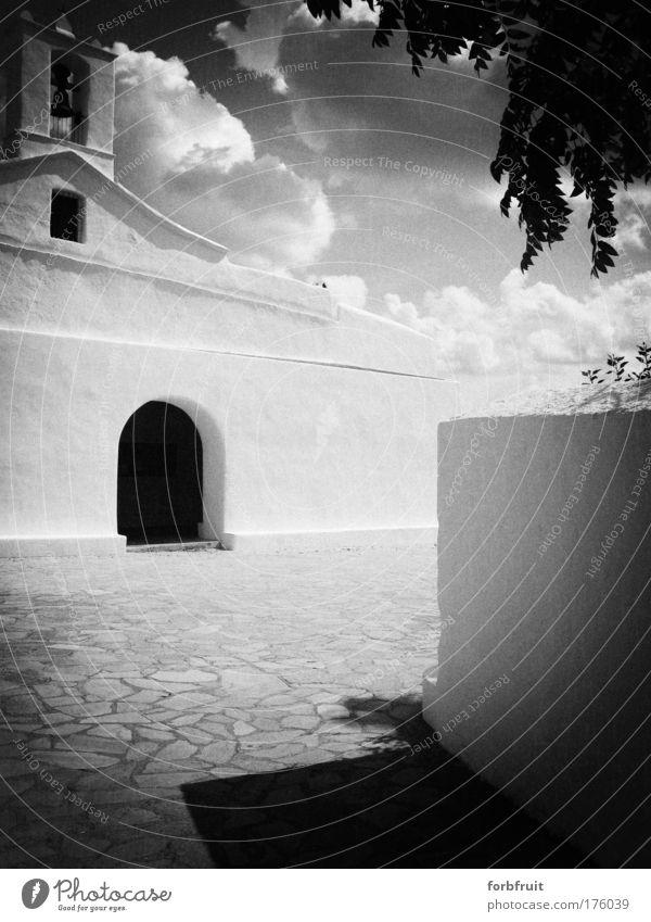 Churchy Pinhole Schwarzweißfoto Experiment Kontrast Totale Kirche alt historisch Religion & Glaube Phoenizier puritisch Vorplatz Eingang analog Licht & Schatten