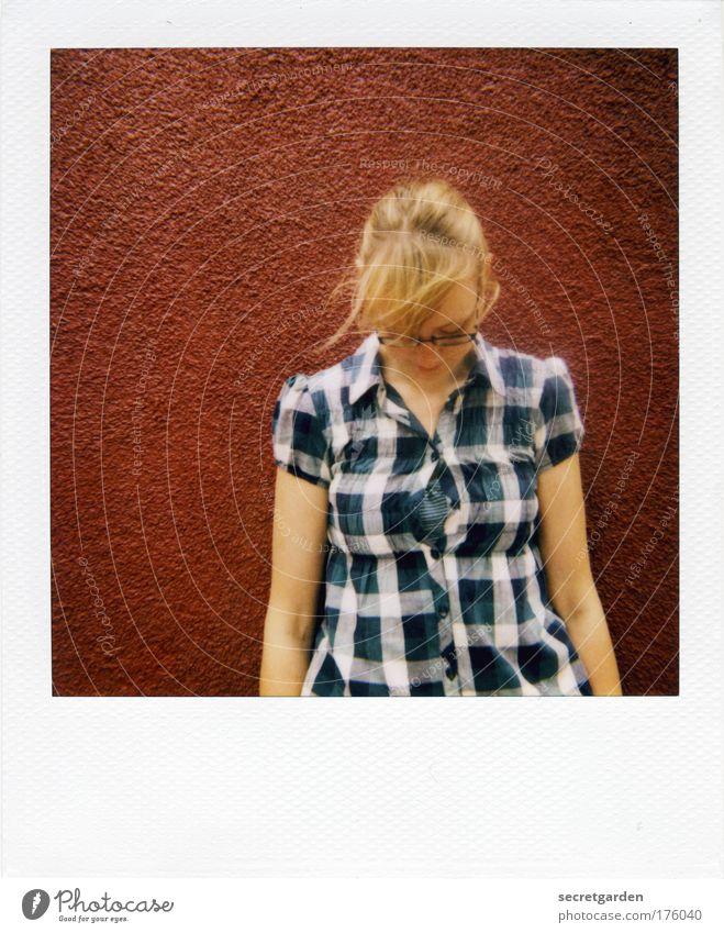 [KI09.1] eine offene geschichte (errötend) Mensch Jugendliche blau schön rot Sommer Erwachsene feminin Wand Gefühle Kopf Stil Mauer Mode blond