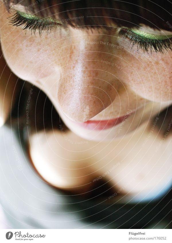 Sommergesprosst :) Mensch Jugendliche grün Erwachsene Gesicht Wärme feminin Glück 18-30 Jahre träumen Zufriedenheit nachdenklich Lächeln genießen Sonnenbad Schminke