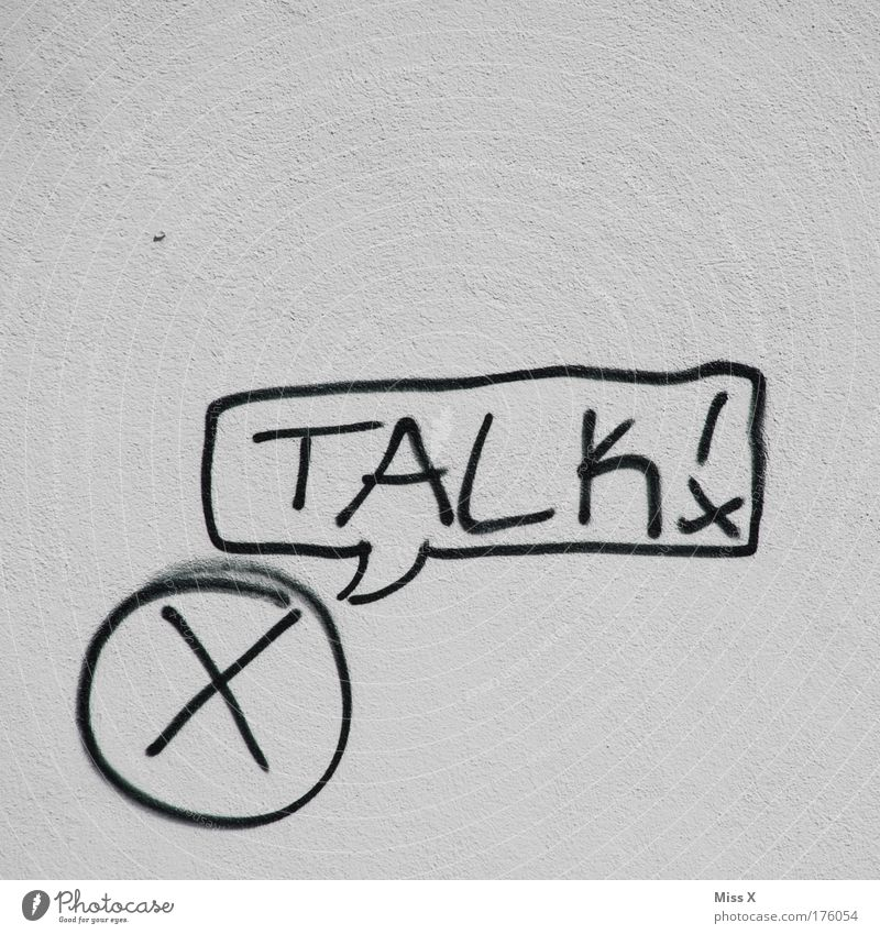 Mr. X packt aus Haus Mauer Wand Zeichen Schriftzeichen Graffiti entdecken sprechen Akzeptanz Wahrheit Ärger Kraft Talkshow Demonstration Befehl Versöhnung