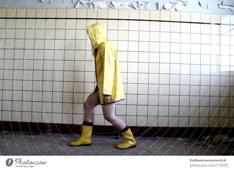 das Leben geht weiter. Mensch Jugendliche Freude Haus Erwachsene gelb Wand Stein Mauer Zufriedenheit Kraft Angst Beton wandern authentisch Hoffnung