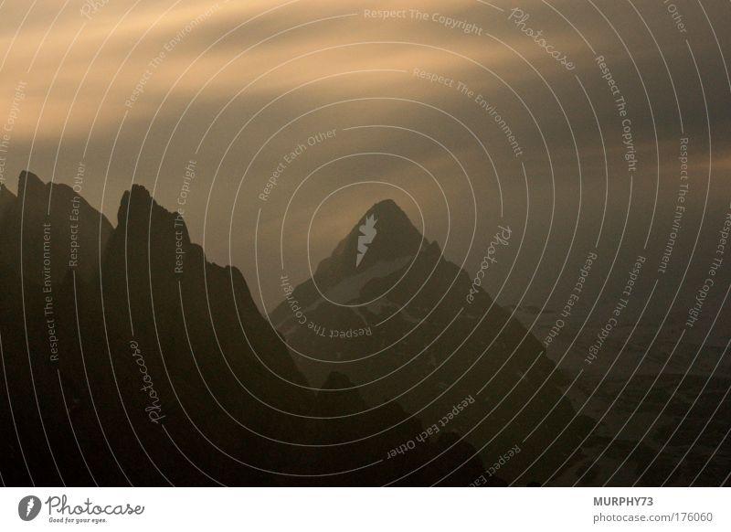 Bergspitzen in der Vollmondnacht... Farbfoto Außenaufnahme Menschenleer Textfreiraum oben Textfreiraum unten Hintergrund neutral Nacht Silhouette