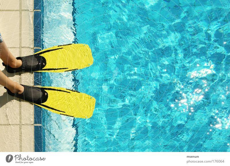 Fins Wasser blau Sonne Sommer Freude Ferien & Urlaub & Reisen gelb Sport Glück Fuß Beginn frisch Schwimmen & Baden Coolness Schwimmbad tauchen