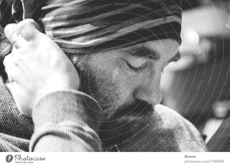 Tiefenentspannung Mensch maskulin Mann Erwachsene Kopf Auge Nase Mund Bart Hand 1 30-45 Jahre Mütze Denken hören schlafen grau Vorsicht Gelassenheit ruhig
