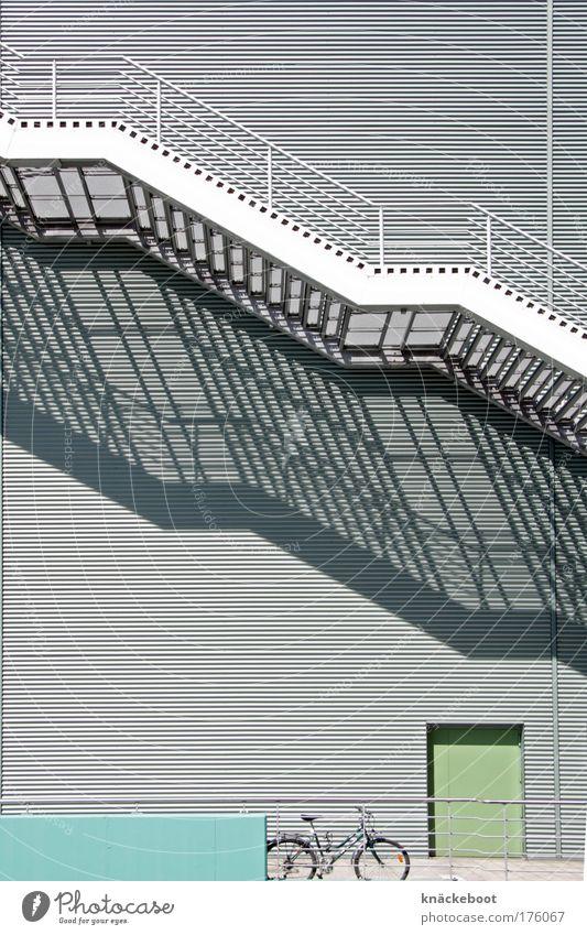liniert Farbfoto Außenaufnahme Tag Licht Schatten Zentralperspektive Menschenleer Gebäude Architektur Mauer Wand Treppe Fassade kalt modern grau