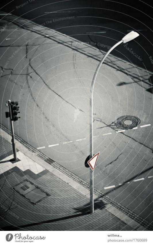 Leere Straße mt Bogenlaterne und Verkehrsschild und Ampel Laterne Straßenbeleuchtung Verkehrswege Straßenverkehr Verkehrszeichen Bürgersteig Fußweg