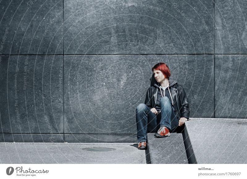 Junge lässige Frau in Lederjacke und Jeans nimmt sich auf Stufen sitzend eine kleine Auszeit Jugendliche Junge Frau rothaarig beobachten Langeweile Erschöpfung