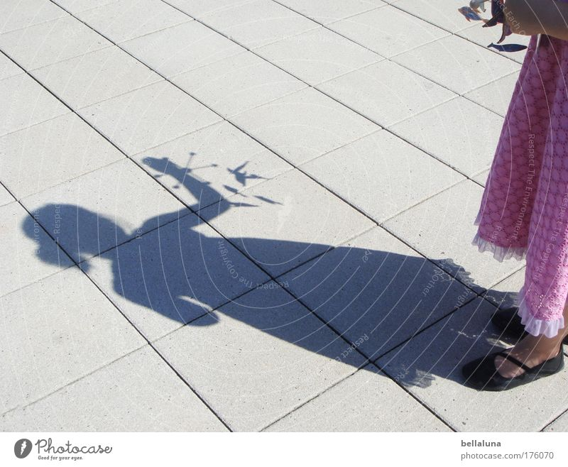Ich und mein Mobile Mensch Kind Mädchen Freude feminin Glück Stimmung Kindheit Schuhe Fröhlichkeit Kleid Begeisterung 3-8 Jahre Bodenplatten