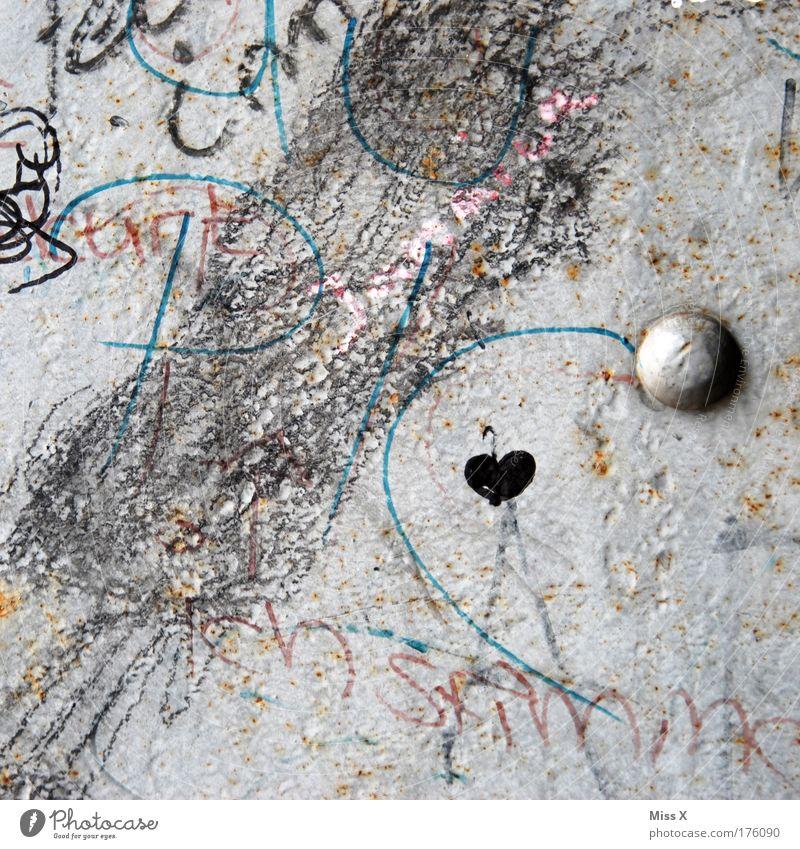 Herz im Chaos Haus Liebe Wand Graffiti Mauer dreckig Schriftzeichen Kitsch Zeichen zeichnen Verliebtheit Ornament rebellisch Kritzelei