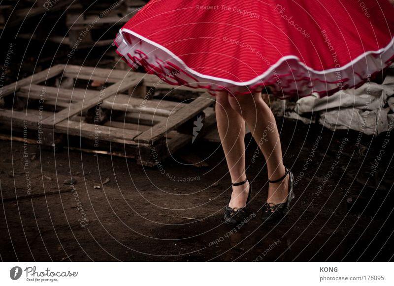 rockt Mensch Jugendliche rot Erwachsene feminin Bewegung Beine träumen Fuß Feste & Feiern Tanzen elegant wild Schuhe 18-30 Jahre Kleid