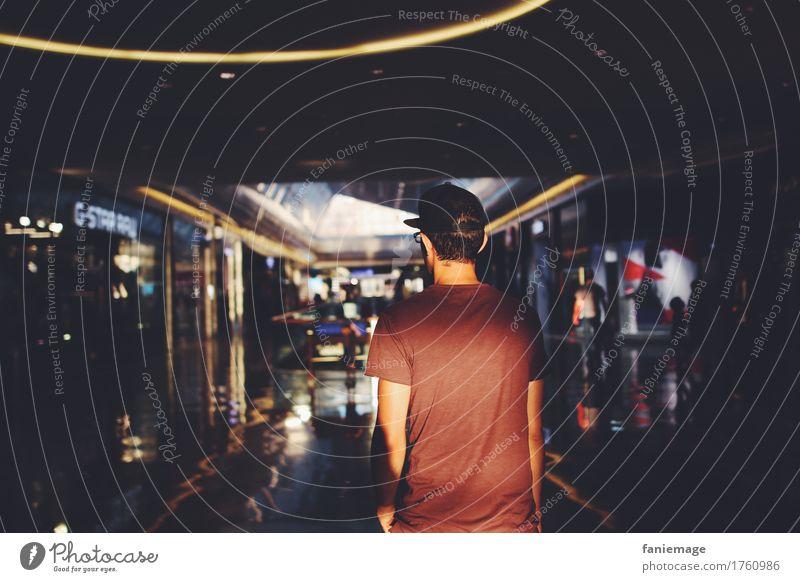 at the mall Mensch Jugendliche Mann Stadt blau Sonne rot 18-30 Jahre Erwachsene Lifestyle Stil Design Stadtleben maskulin elegant Körper