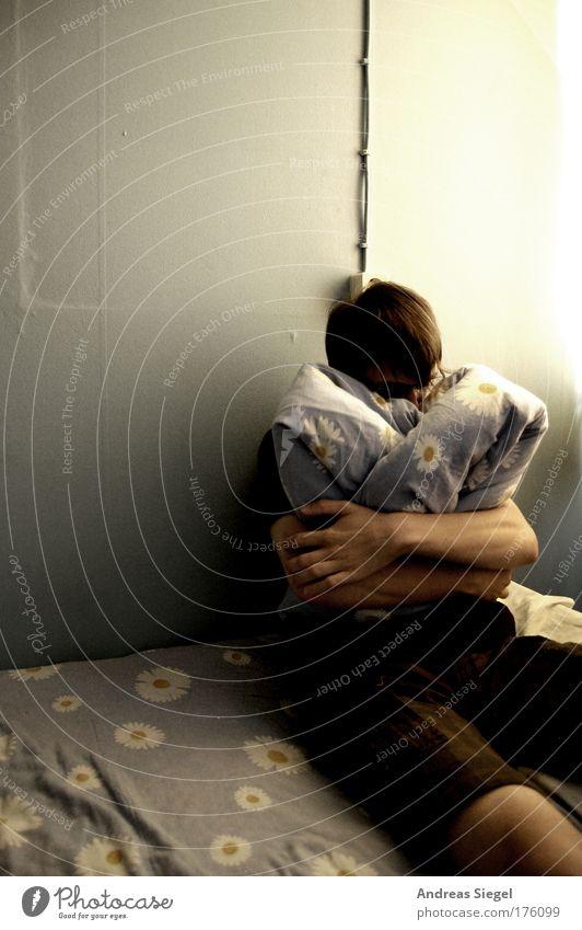 Trottel Mensch Jugendliche Blume Einsamkeit Gefühle Traurigkeit Denken Stimmung Erwachsene maskulin sitzen Trauer trist Bett Mann Möbel