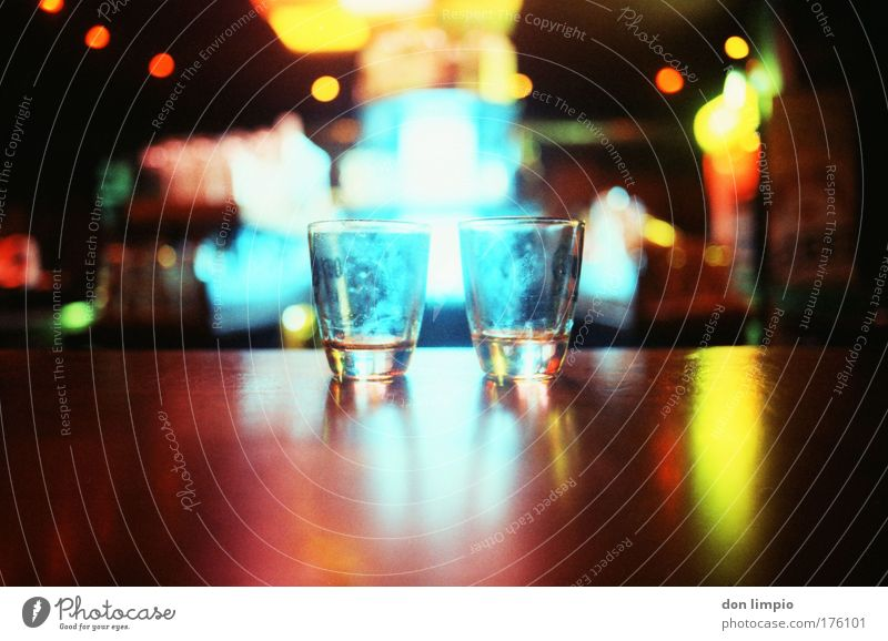 happy hours Glas Getränk Alkohol trinken Bar Gastronomie analog Licht Tequila mehrfarbig Billig Alkoholsucht Freundschaft Feierabend Gastfreundschaft