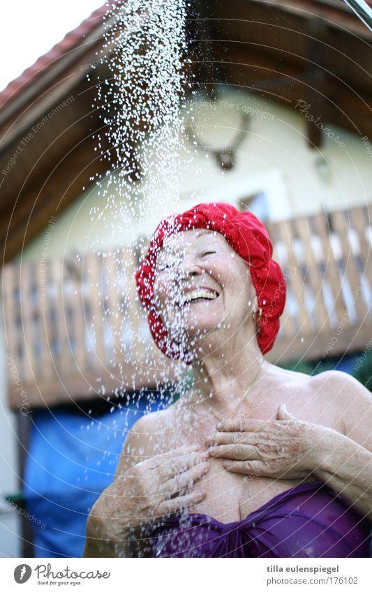 oma liebt das feminin Weiblicher Senior Frau Leben 1 Mensch 60 und älter Sommer Badeanzug Badekappe lachen authentisch Gesundheit Glück lustig nass natürlich