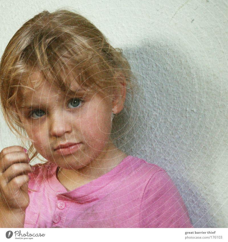 Nach der Arbeit Mensch Kind Mädchen Sommer Auge Kopf klein Traurigkeit Kindheit blond rosa dreckig Mund Nase außergewöhnlich T-Shirt