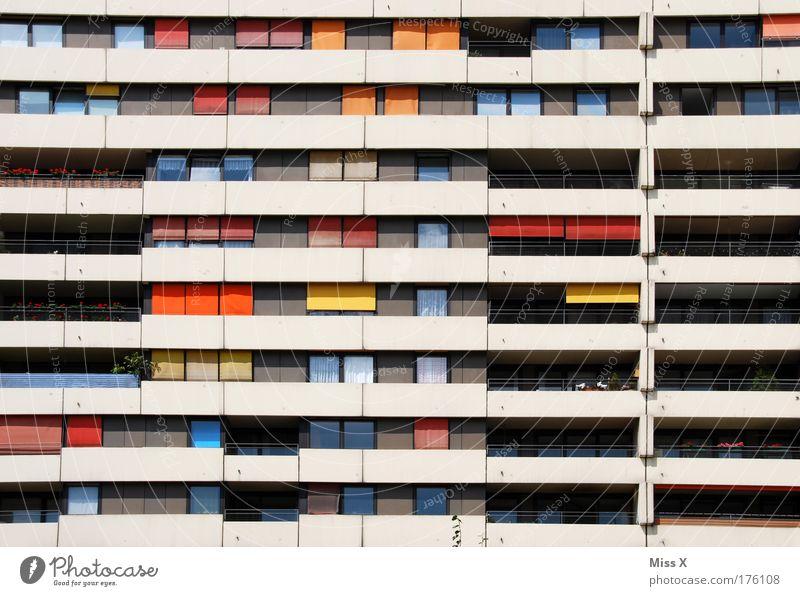 bunter Wohnen Stadt Wand Gefühle Fenster Mauer Gebäude Architektur Wohnung Armut Hochhaus retro mehrfarbig Häusliches Leben Umzug (Wohnungswechsel) Balkon Etage