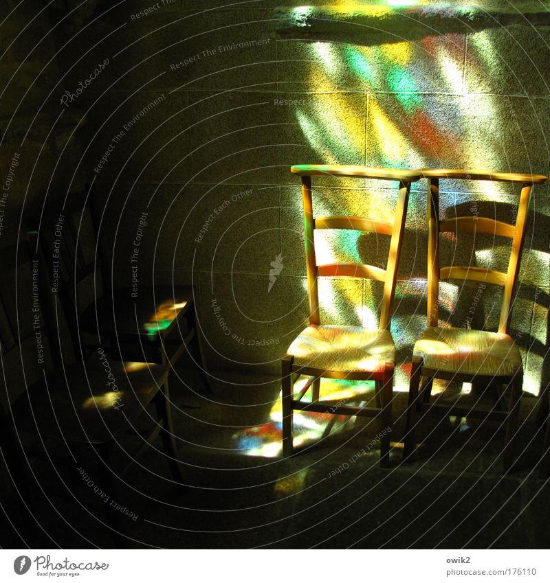 Gebet Farbfoto mehrfarbig Innenaufnahme Detailaufnahme Menschenleer Textfreiraum links Textfreiraum unten Tag Licht Schatten Kontrast Lichterscheinung
