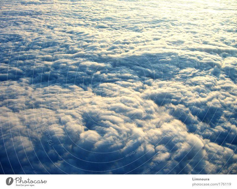 Grenzenlos Himmel blau weiß Wolken Ferne Umwelt dunkel Landschaft Herbst Traurigkeit Luft Stimmung Regen Wetter Klima Luftverkehr