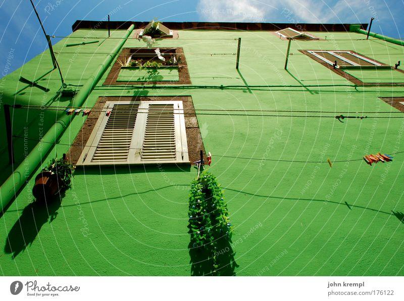 schimmelgrün ist das haus des vergessens Farbfoto mehrfarbig Außenaufnahme Himmel bosa Sardinien Italien Kleinstadt Haus Bauwerk Gebäude Architektur Mauer Wand