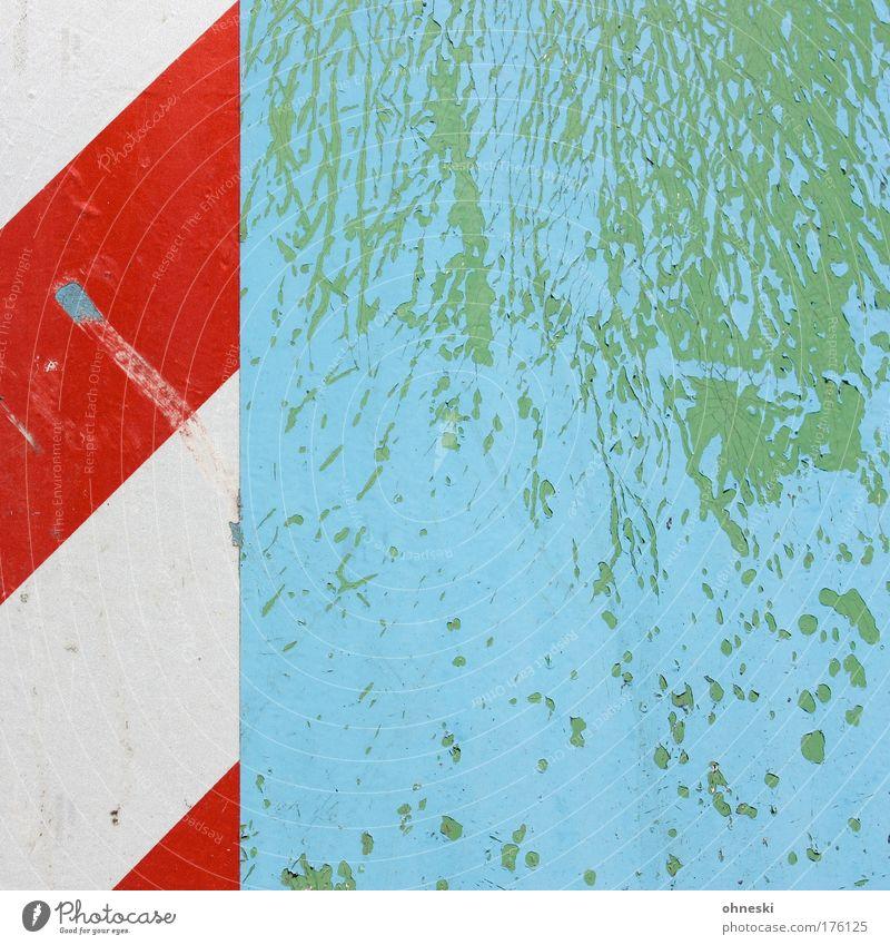 Der Lack ist ab alt weiß grün blau rot Farbe Linie Schilder & Markierungen Verkehr verrückt kaputt verfallen Hinweisschild Muster abblättern Schaden