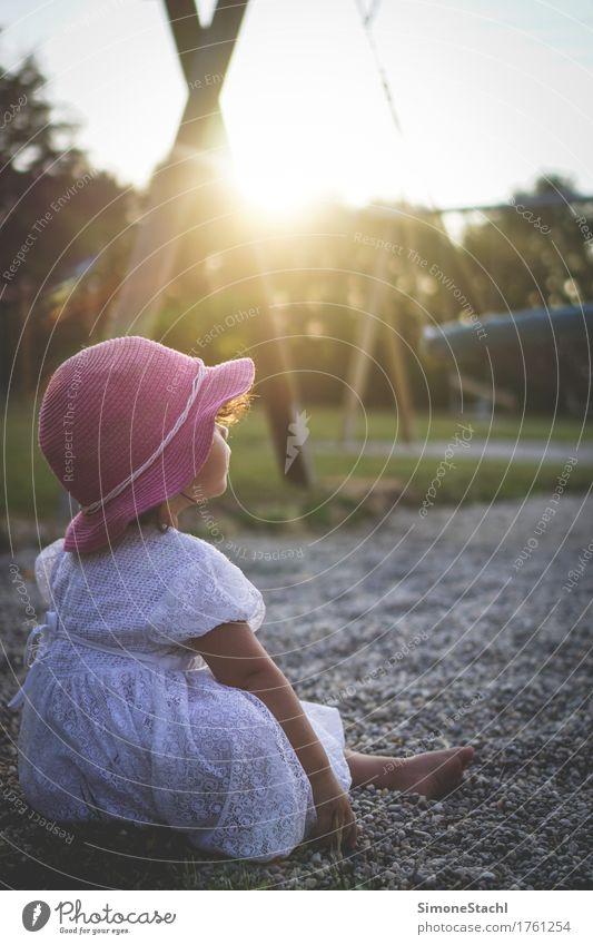 Ganz bei sich feminin Kind Kleinkind Mädchen Körper 1 Mensch 1-3 Jahre Kleid Hut Erholung genießen hören träumen authentisch Glück positiv Zufriedenheit