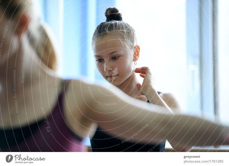 Junger Ballertänzer auf der Probe, die thuggtful und verwirrt schaut Tanzen Schule Lehrer Studium Mädchen Jugendliche 2 Mensch Tänzer Balletttänzer Eisenbahn
