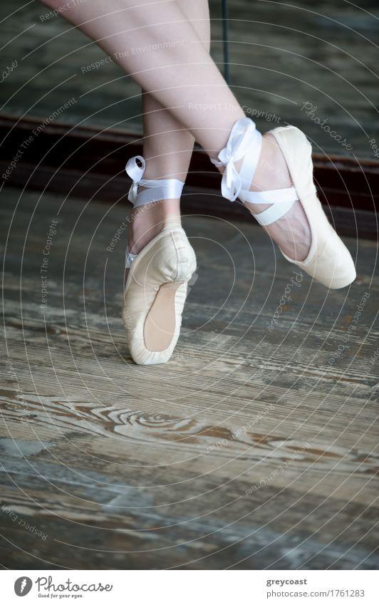 Nahaufnahme von weiblichen Füßen in Ballettschuhen, die auf dem Holzboden tanzen elegant schön Tanzen Studium Mädchen Jugendliche Fuß 1 Mensch 13-18 Jahre