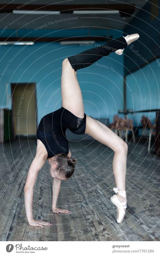 Junge anmutige Ballerina beim Üben im Studio in der Position auf Händen stehend Tanzen Schule Studium Mensch Mädchen Jugendliche Hand 1 13-18 Jahre Tänzer