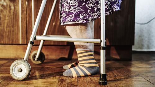 Ältere Frau, die langsam mithilfe des Wanderers geht Mensch alt Einsamkeit Senior Fuß 60 und älter Weiblicher Senior heimwärts anstrengen Lebensalter Behinderte