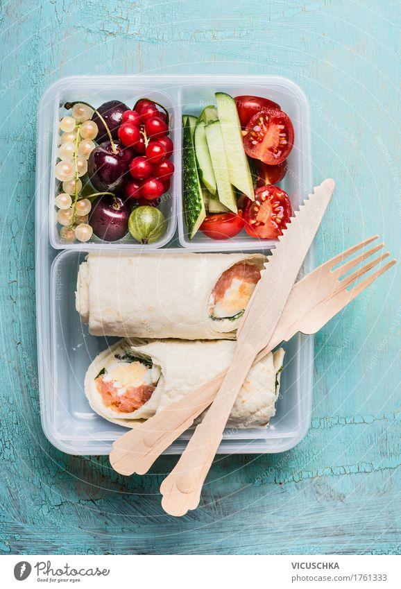 Gesundes Mittagessen Box mit Tortilla Wraps und Holzbesteck Gesunde Ernährung Foodfotografie Leben Stil Gesundheit Lebensmittel Design Frucht Fisch Gemüse