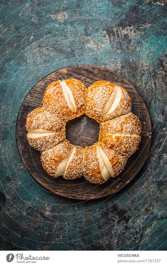 Brötchen mit Sesam dunkel Foodfotografie Leben Stil Lebensmittel Design frisch Tisch Brot altehrwürdig Schneidebrett Mittagessen Festessen