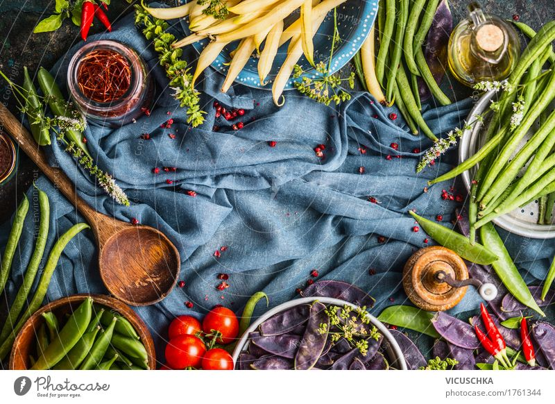 Kochen mit bunten Erbsen- und Bohnenschoten Gesunde Ernährung gelb Leben Stil Lebensmittel Design Häusliches Leben frisch Tisch Kräuter & Gewürze Küche Gemüse