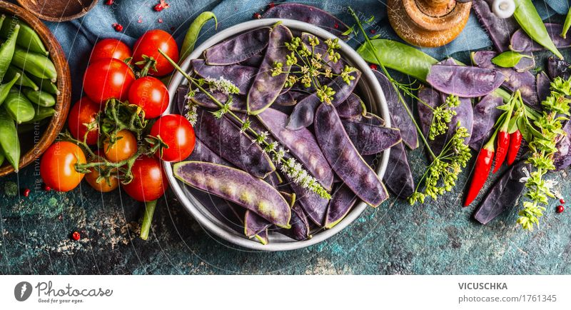 Lila Erbsenschoten mit Kochzutaten Lebensmittel Gemüse Kräuter & Gewürze Ernährung Bioprodukte Vegetarische Ernährung Diät Geschirr Schalen & Schüsseln Stil