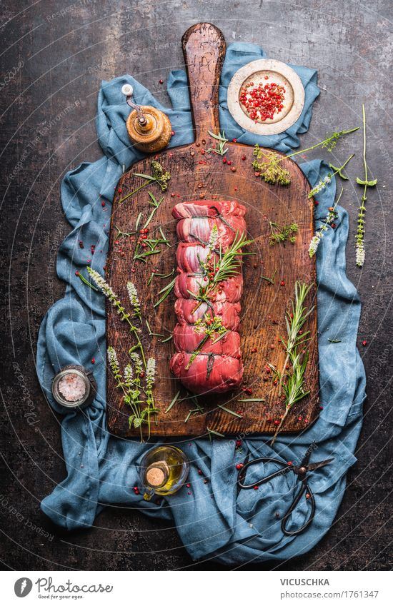 Roastbeef mit Kräutern Zubereiten dunkel Essen Stil Lebensmittel Design Ernährung Tisch Kräuter & Gewürze Küche Bioprodukte Restaurant Geschirr altehrwürdig Fleisch Abendessen Schneidebrett